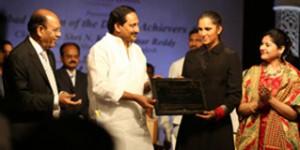 Andhra-CM-with-Harbeen-Arora-HWODA-Awards