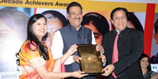 Maharashtra-CM-with-Harbeen-Arora-MWODA-Awards-thumb